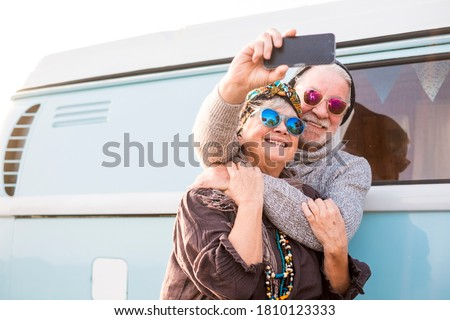 Caucasiano hippie casal homem mulher sorrindo Foto stock © deandrobot