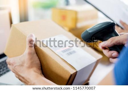 hombre · joven · ministerio · del · interior · ordenador · sonriendo · negocios - foto stock © snowing