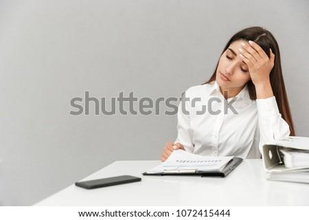 mulher · usando · laptop · potável · café · caneta · laptop - foto stock © deandrobot