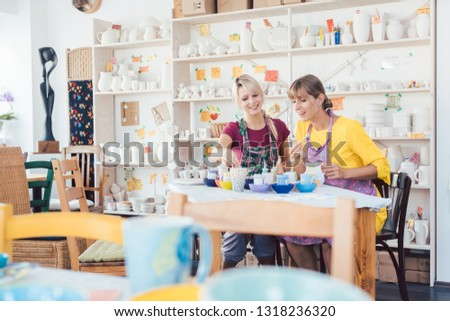 Vrouwen vrienden naar tafelgerei workshop platen Stockfoto © Kzenon