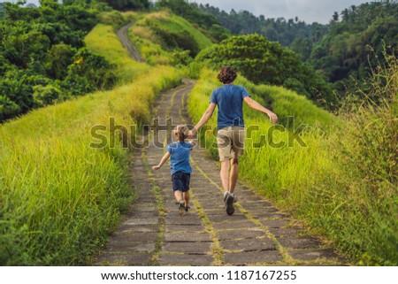 papá · hijo · turistas · caminata · escénico · verde - foto stock © galitskaya