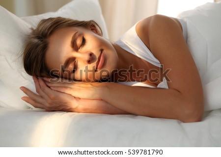 Fiatal gyönyörű nő alszik ágy megnyugtató reggel Stock fotó © galitskaya