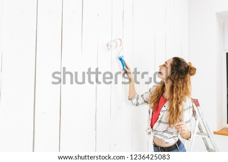 lakásfelújítás · fiatal · nő · festék · létra · festmény · fal - stock fotó © deandrobot