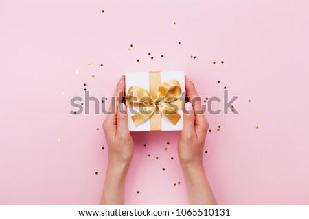 Mulher mão manter presentes caixas flor de cereja Foto stock © furmanphoto