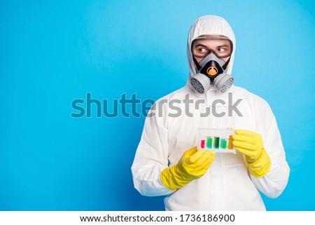 Férfi visel öltöny védőszemüveg tart kémcső Stock fotó © feverpitch