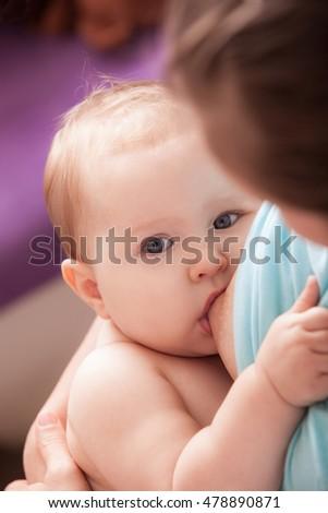 Moeder borstvoeding baby vergadering stoel sluiten Stockfoto © Lopolo