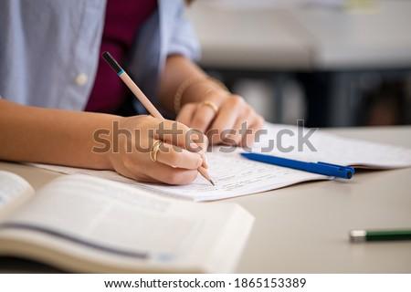 Estudiar estudiante manos escrito libro Foto stock © Freedomz