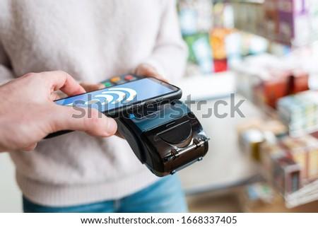 手 を 買い物客 プラスチック カード スマートフォン ストックフォト © pressmaster