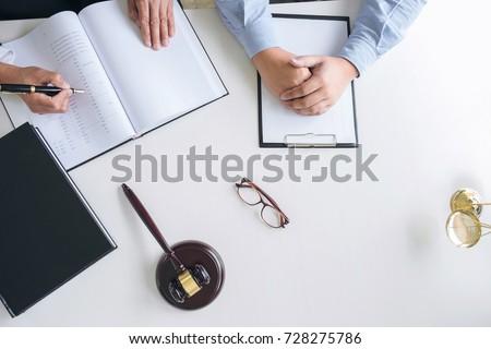 Młotek drewniany stół sala sądowa prawa sprawiedliwości Zdjęcia stock © Freedomz