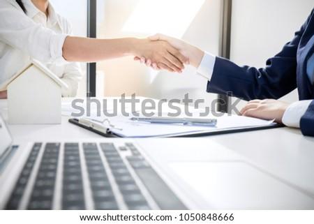 corretor · de · imóveis · aperto · de · mãos · cliente · contrato · assinatura · bem · sucedido - foto stock © freedomz