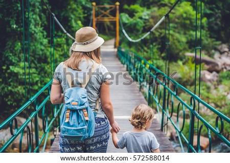 Moeder zoon hangbrug kinderen familie Stockfoto © galitskaya