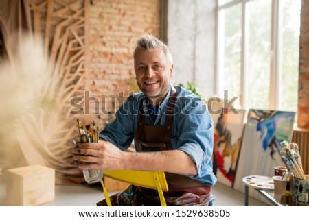 Vrolijk kunstenaar werkkleding vergadering stoel camera Stockfoto © pressmaster