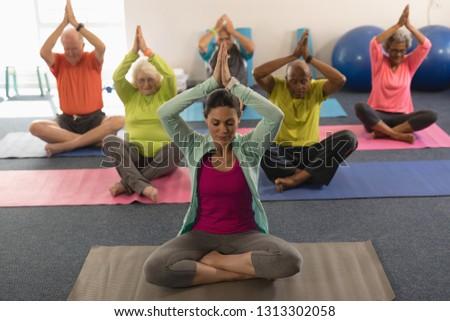 Frente vista altos personas yoga posición Foto stock © wavebreak_media