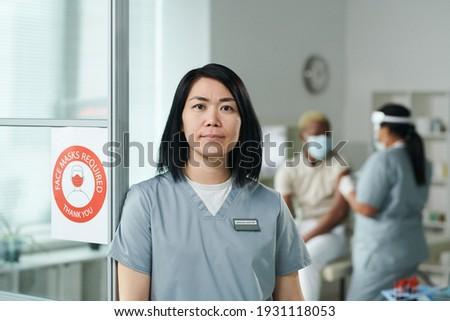 doktor · dijital · tablet · hastane · koridor · portre - stok fotoğraf © pressmaster