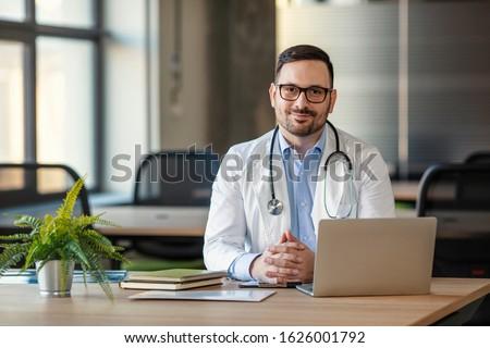 Fronte view medico di sesso maschile seduta sedia Foto d'archivio © wavebreak_media