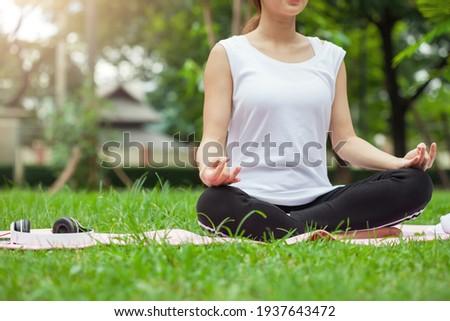 Derűs lány fejhallgató ül póz lótusz Stock fotó © pressmaster