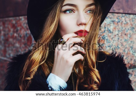 Portré figyelmes gyönyörű nő külső valami kellemes Stock fotó © vkstudio