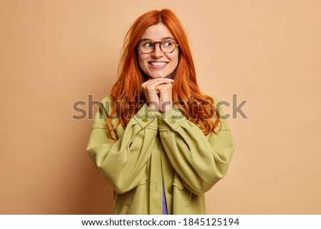 Bastante dama jengibre pelo manos barbilla Foto stock © vkstudio