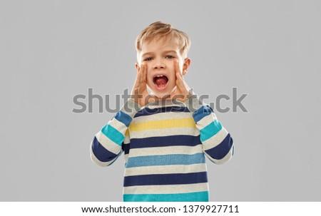 Pequeno menino listrado chamada alguém Foto stock © dolgachov