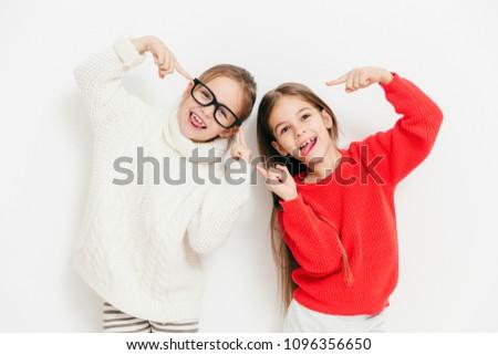 Kijken cool gelukkig klein vrouwelijke kinderen Stockfoto © vkstudio