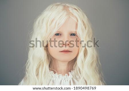 Hermosa rizado femenino ojos azules saludable Foto stock © vkstudio