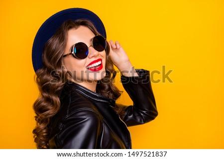 Alegre atraente vermelho mulher jovem positivo mão Foto stock © vkstudio