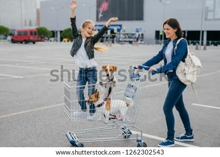 Boldog anya lánygyermek díszállatok visszatérés bevásárlóközpont Stock fotó © vkstudio