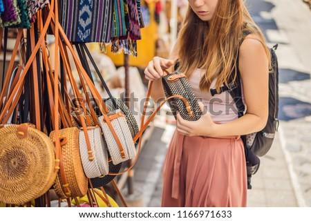 Vrouw reiziger kiezen markt bali Indonesië Stockfoto © galitskaya