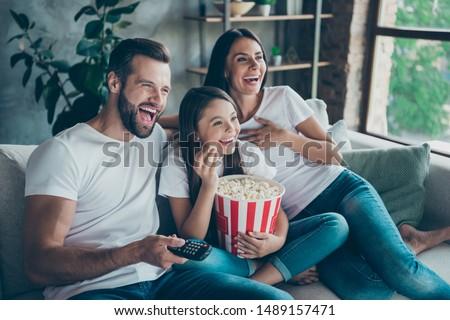 Feliz pai filha assistindo tv casa Foto stock © dolgachov