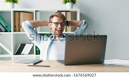 Imagen centrado joven de trabajo cuaderno sesión Foto stock © deandrobot
