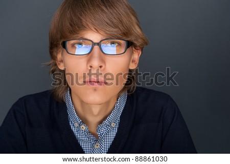 Portrait jeune homme puce judicieux Rechercher regarder Photo stock © HASLOO