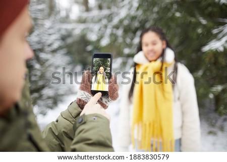 Deux jeunes femmes souriant téléphone blanche Photo stock © wavebreak_media