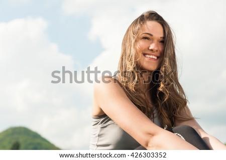 Atrakcyjny uśmiechnięta kobieta zielona trawa odkryty portret Zdjęcia stock © Victoria_Andreas