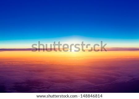 pôr · do · sol · acima · nuvens · ver · avião · janela - foto stock © ewastudio