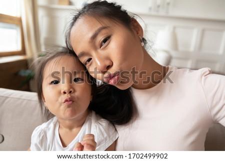 Vrouw foto's smartphone vrouwelijke zus Stockfoto © deandrobot