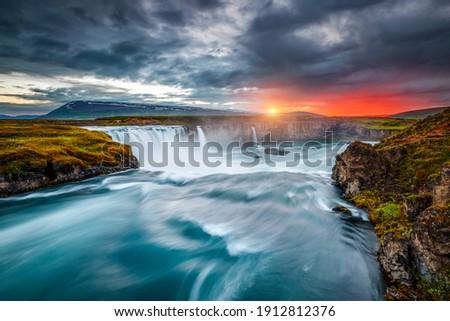 Varázslatos kilátás erőteljes vízesés helyszín népszerű Stock fotó © Leonidtit