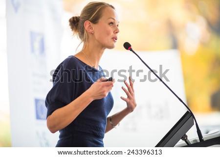 bastante · jovem · mulher · de · negócios · apresentação · raso - foto stock © lightpoet