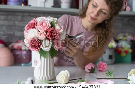 Fille brun tablier vase rose roses Photo stock © artjazz