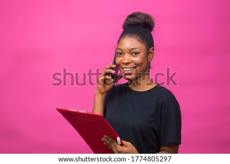 Handen vrouw papier zwarte bladeren Stockfoto © artjazz