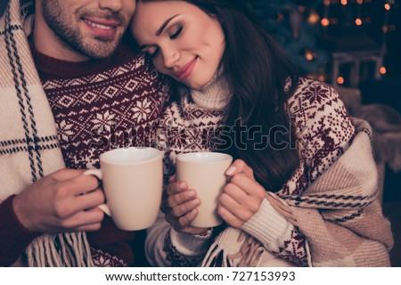 Image deux jeunes femmes couvert couverture potable Photo stock © deandrobot