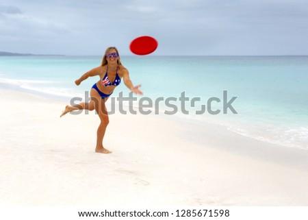Ragazza giocare frisbee idilliaco spiaggia Foto d'archivio © lovleah