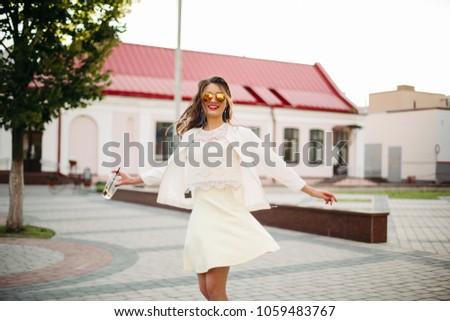 Menina feliz óculos de sol branco dança rua Foto stock © studiolucky