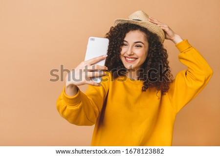 Portré imádnivaló fürtös nő 20-as évek mosolyog Stock fotó © deandrobot