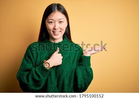 женщину · серый · зеленый · свитер · женщину · улыбка · лице - Сток-фото © dashapetrenko