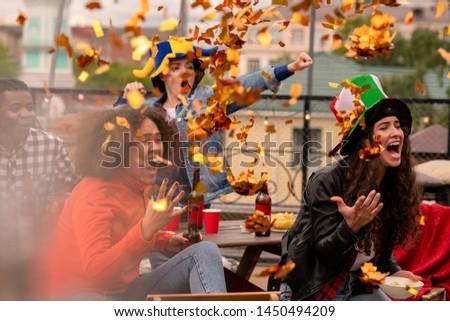 Foto stock: Multicultural · feminino · futebol · fãs · confete