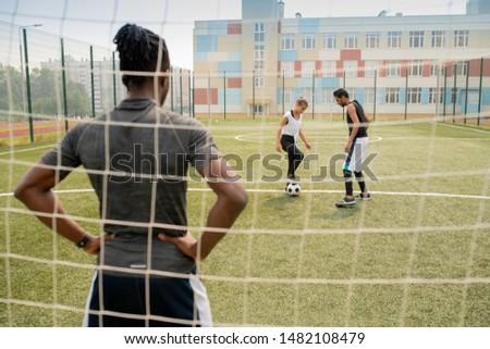 Widok z tyłu młodych Afryki sportowiec stałego netto Zdjęcia stock © pressmaster