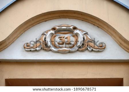 Decorativo strada numero piatto facciata vecchia casa Foto d'archivio © boggy