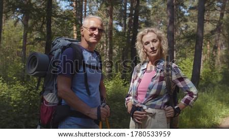 érett hátizsákos turista trekking pózol kamera feleség Stock fotó © pressmaster