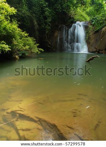 Rochas lagoa tropical floresta pequeno menino Foto stock © galitskaya
