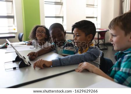 Oldalnézet kíváncsi iskolás gyerekek tanul digitális tabletta Stock fotó © wavebreak_media
